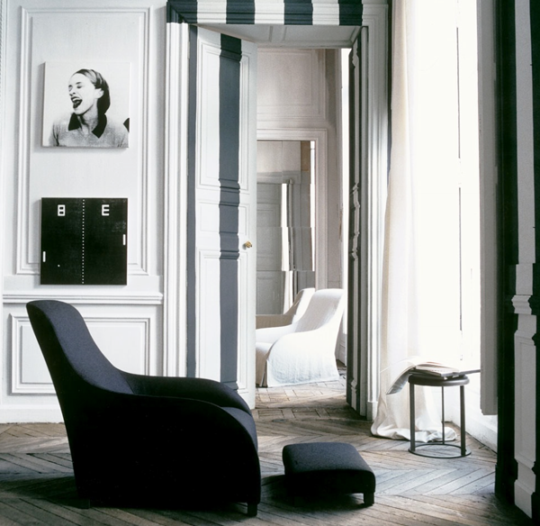 In una casa in bianco e nero lo sono anche le porte..