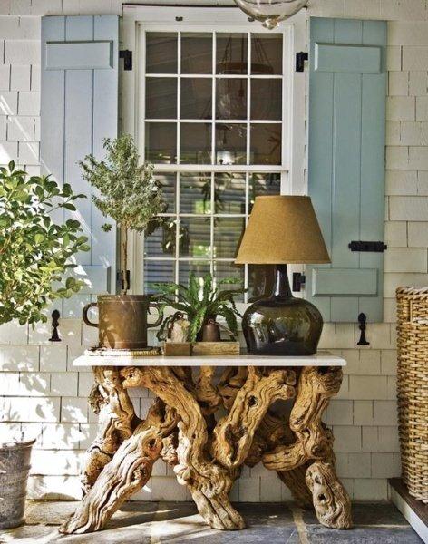La base di questo tavolo è un perfetto incrocio di rami, merito della natura..