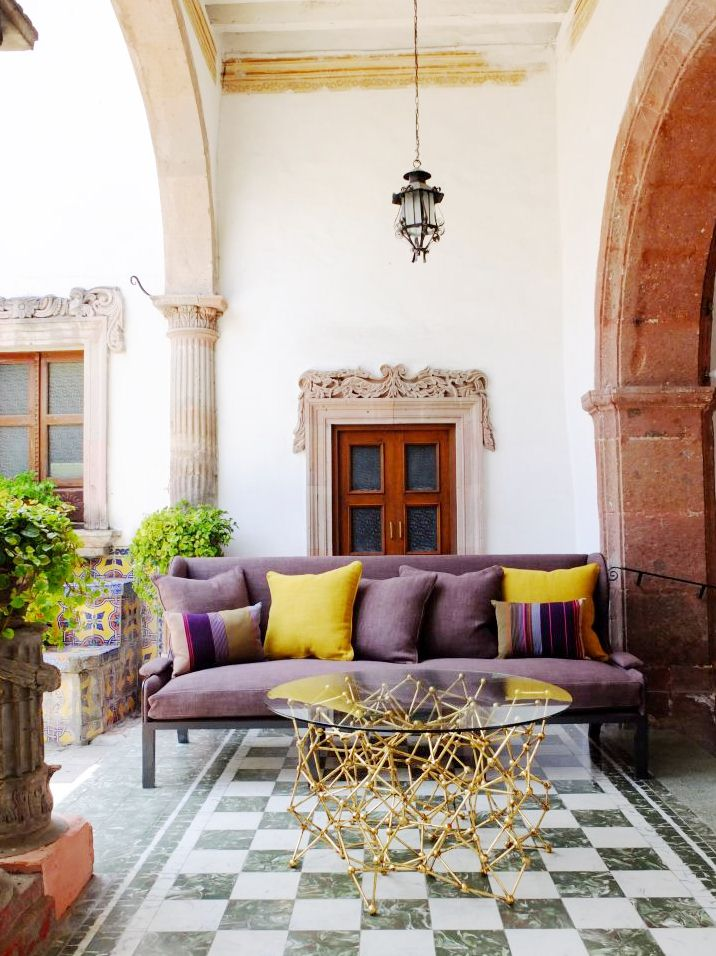 viola e giallo anche in veranda, con un tavolo di design.