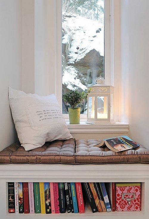 Un vano accoglie un angolo relax, dove poter guardare il paesaggio o leggere un bel libro..preso dalla nicchia sotto la seduta