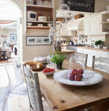un classico tavolo in legno, tre classiche sedie in legno e..un pezzo design in policarbonato. Perfetto.