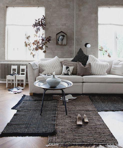 Una sovrapposizione di tappeti movimenta la zona living..