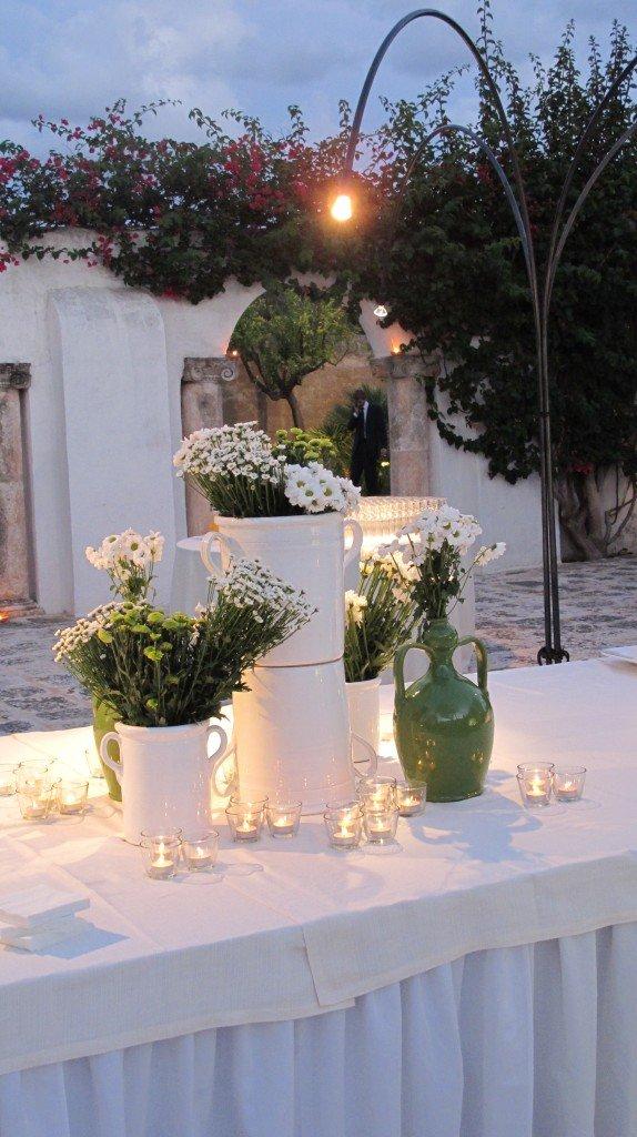 i tavoli riprendono i decori della chiesa, la ceramica è perfetta per il ricevimento in una masseria pugliese..la luce delle candele è sempre magica.