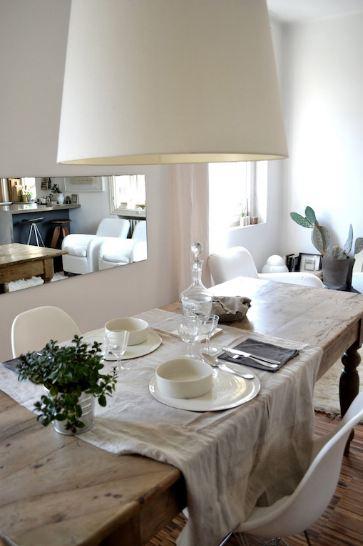 La sala da pranzo semplice ed elegante, sdrammatizzata dalla scritta sullo specchio che dà profondità all'ambiente.