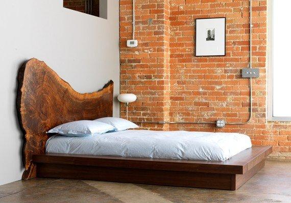 La testata di questo letto è un enorme gigante nodo..e pensare che i nodi sono uno dei principali difetti del legno.