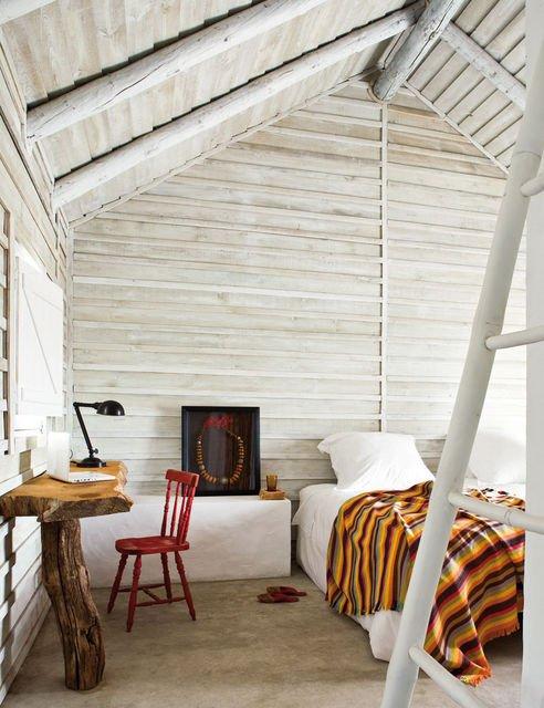una scivania in legno, se ne vedono tante..ma questa è molto diversa.