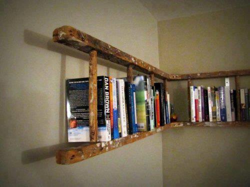 Una vecchia scala in legno diventa un'originale libreria