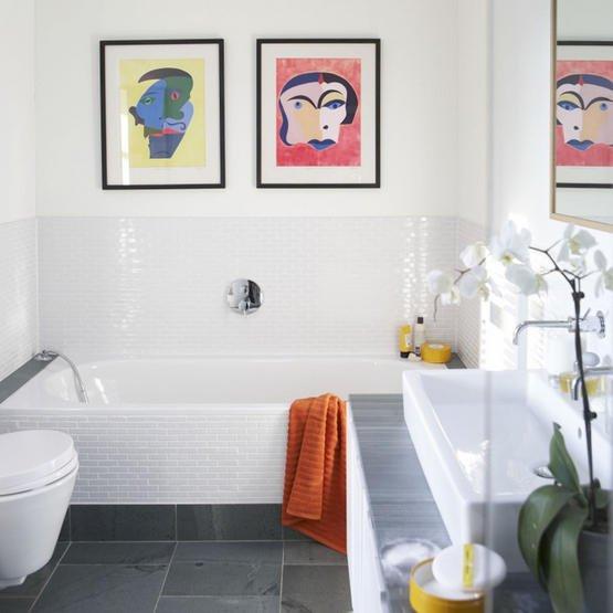 in un bagno semplice e moderno..due stampe colorate