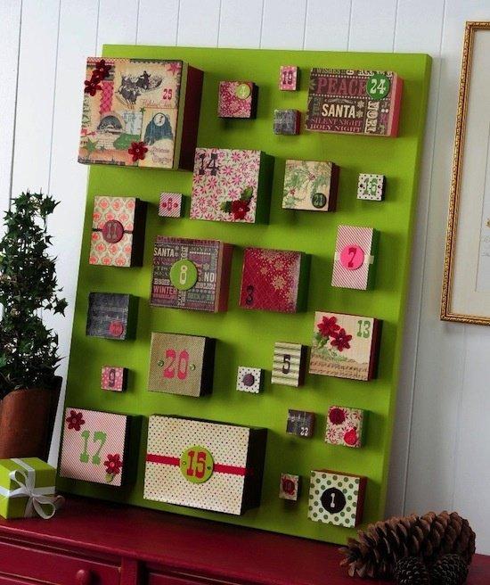 il calendario dell'avvento fatto da tante scatoline decorate, dentro potrete metterci qualunque sorpresa..