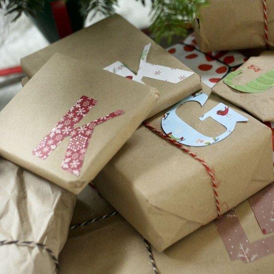una carta riciclata monocroma e la lettera del nome del destinatario del pacchetto, ritagliata da un'altra carta colorata.