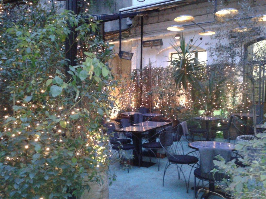 Il Bar nel cortile del palazzo al n°10 di Corso Como, a Milano.