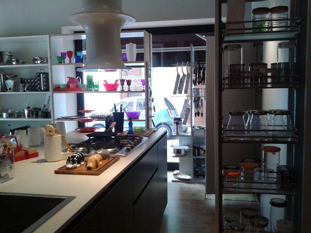 Un'altra stanza con una modernissima cucina. In lontananza si intravedono i coloratissimi oggetti per la tavola in policarbonato di Marioluca Giusti