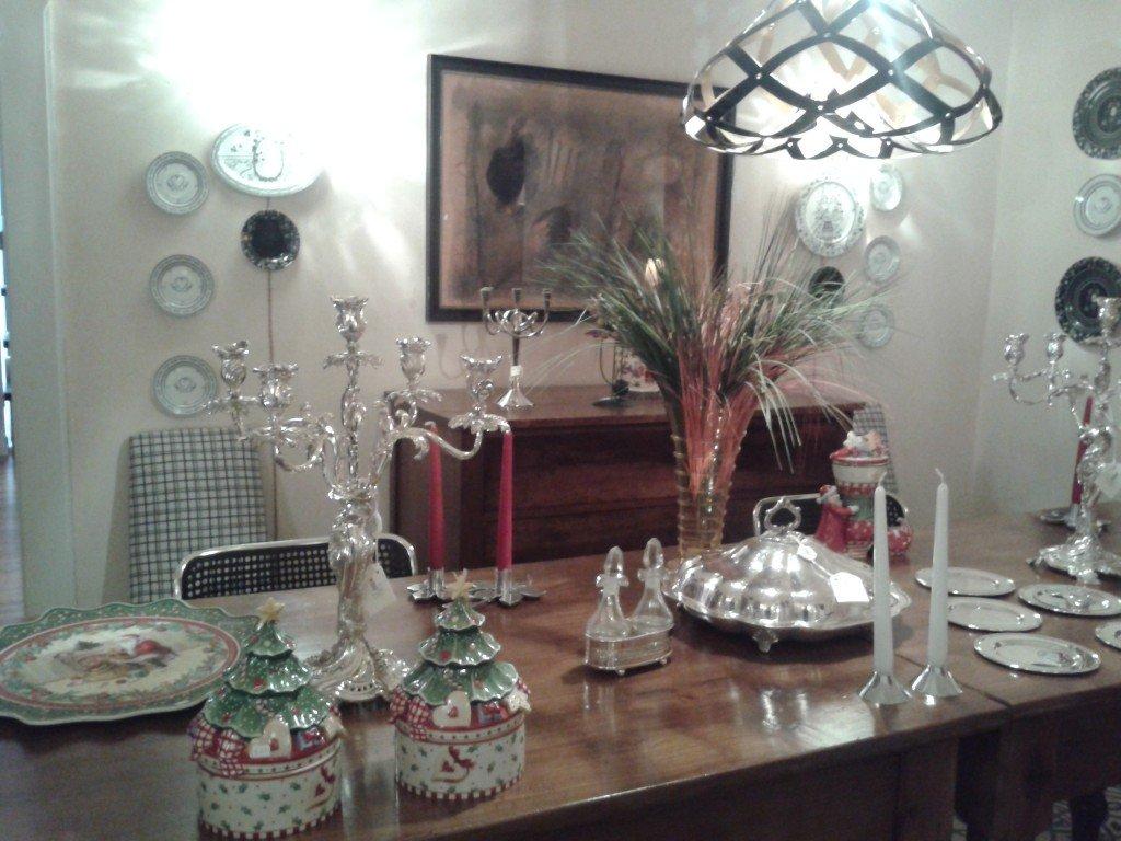 """Nella stanza più """"classica"""", all'antiquariato e l'argento vengono comunque abbinate  sedie Kartell."""