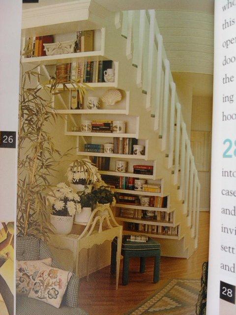 La scala anche come strumento di arredo, in questo caso con delle mensole si crea un'originale libreria.