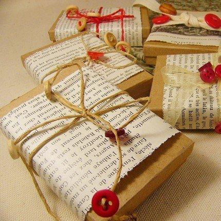 carta riciclata, pagine di giornali, corde e bottoni..