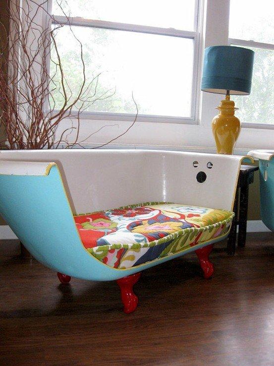 una vasca anni '50 (potrete cercarle nei mercatini dell'antiquariato) sezionata e ridipinta, un vecchio materasso rivestito ed ecco che insieme diventano un originalissimo divanetto.
