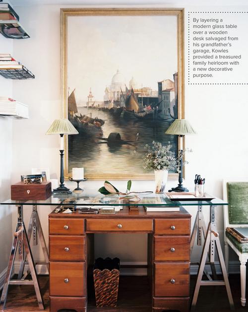 la sovrapposizione di un moderno tavolo in vetro e una scrivania in legno vintage, un cimelio di famiglia acquista un nuovo scopo decorativo