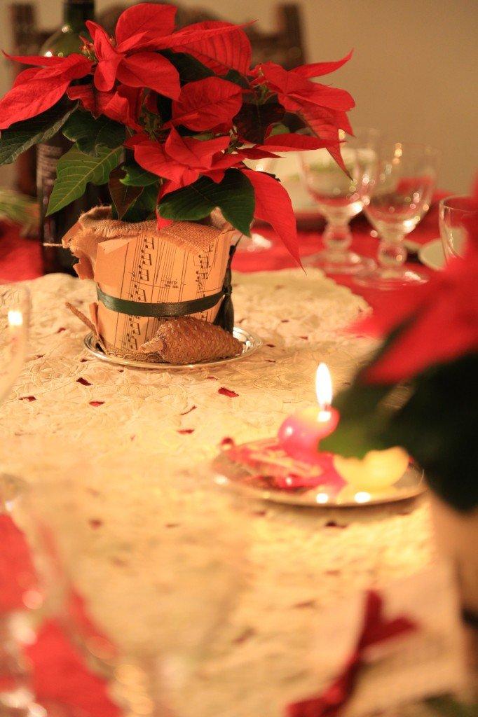 Uno dei due centrotavola: una stella di Natale rivestita di juta, un vecchio spartito musicale e un nastro per tenere il tutto..
