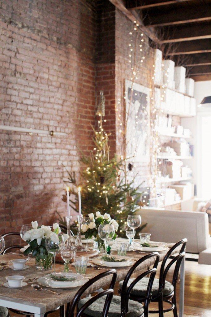 A cena con l'albero illuminato sullo sfondo
