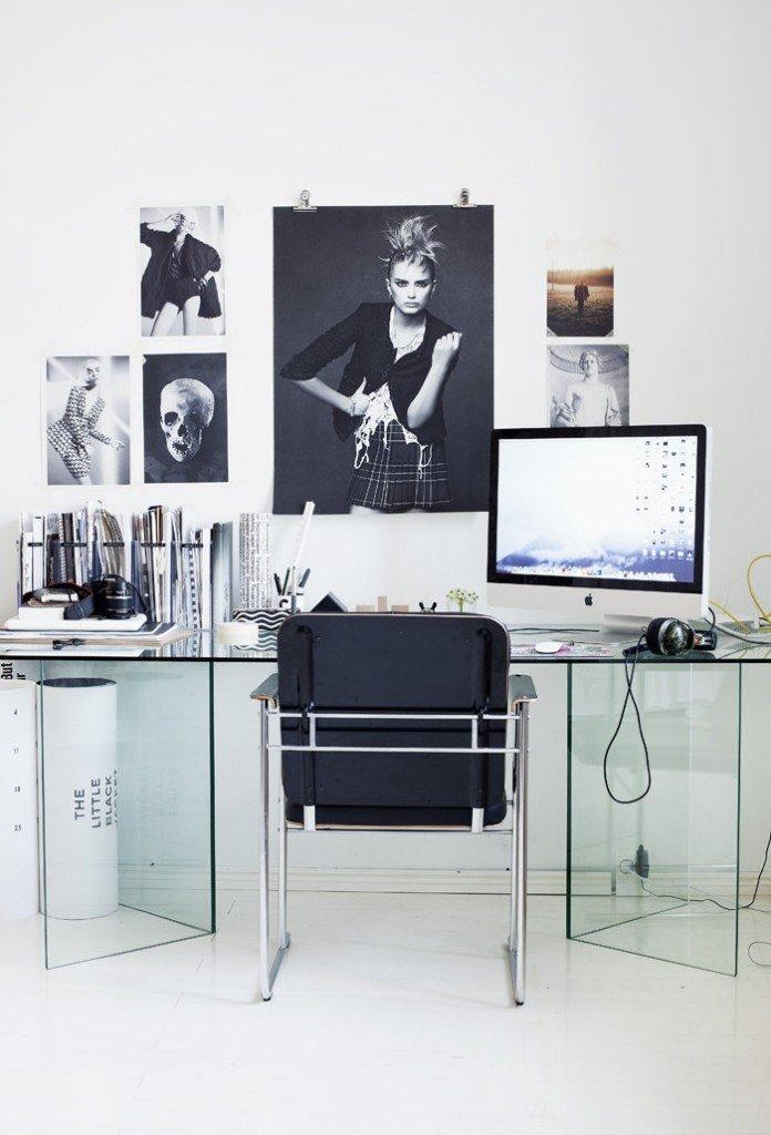 uno studio dalle linee moderne e di design. Tavolo in cristallo Fiam.