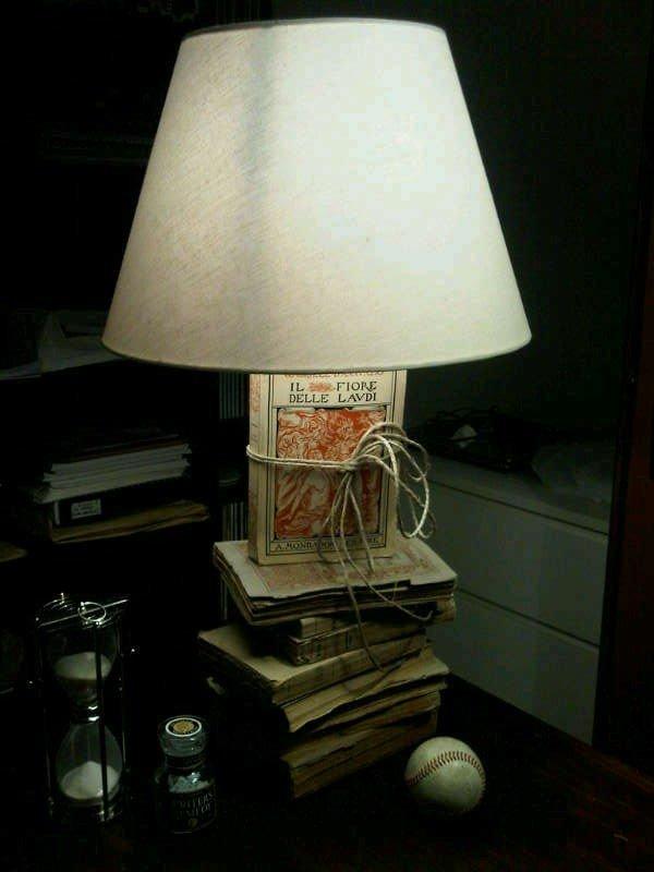 Questa è la lampada realizzata dalla mia amica Milena. Potreste usare vecchi libri che avete in casa o cercarli nei mercatini o dai rigattieri. La base potete trovarla da Ikea, l'importante è che sia piatta in modo da essere facilmente nascosta dal primo libro..e poi spago o lana, potrete personalizzarla come volete e scegliere il colore dell'abatjour che più vi piace.