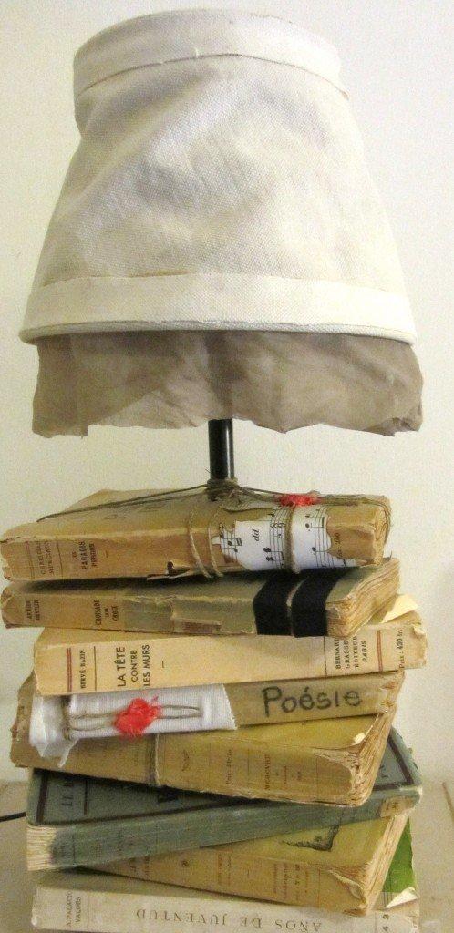 Ho usato: una base per lampada Ikea, libri vintage, spago, trapano Ikea, ceralacca, pezzi di stoffa, spartiti...