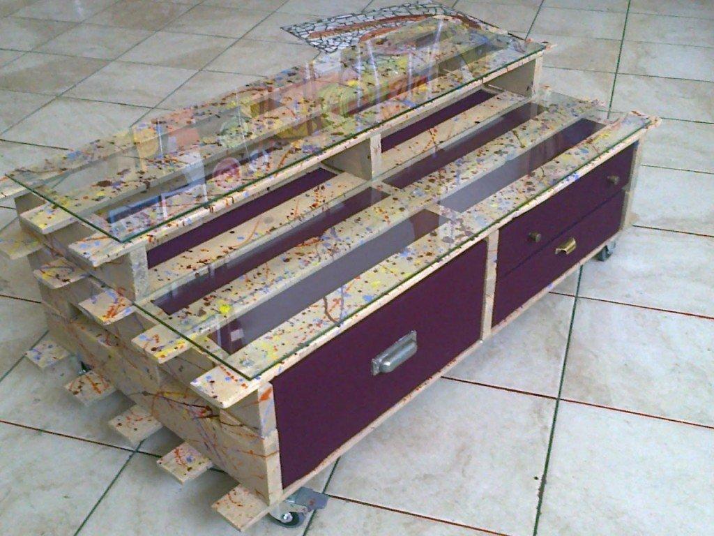 Un bellissimo tavolino realizzato da una ragazza Bolognese. Guardate il suo blog, riesce a traformare e ridare vita ai mobili più impensati. Da eravamotantousati.blogspot.it