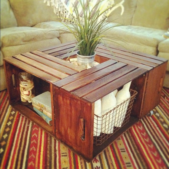 Un tavolino da salotto fatto con 4 cassette in legno ridipinte. L'importante è che abbiano le stesse dimensioni.