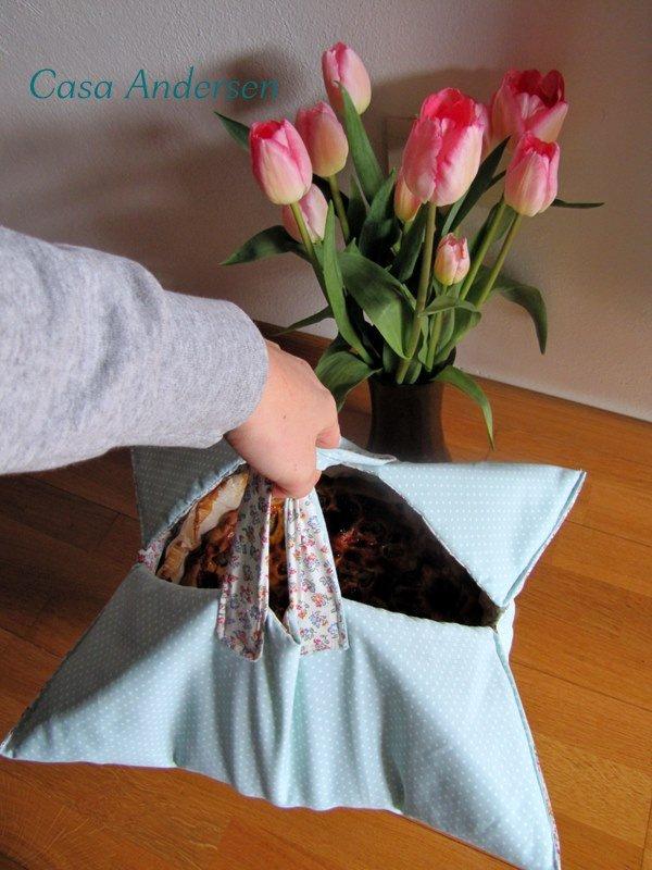 Non sappiamo mai come portare una torta fatta in casa a cena da amici. Normalmente la mettiamo in una busta, stando attenti a tenerla con entrambe le mani, in orizzontale. Aina ha cucito questa utilissima borsa porta torte.