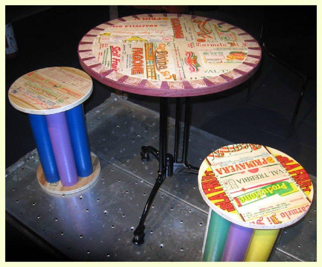 La superficie dei tavolini è un patchwork di stecche colorate e color legno, queste ultime selezionate per venature e nodi interessanti. Non troverete mai due pezzi uguali.