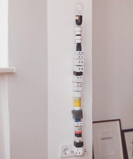 Una lampada originalissima semplicemente impilando spine diverse e colorate.