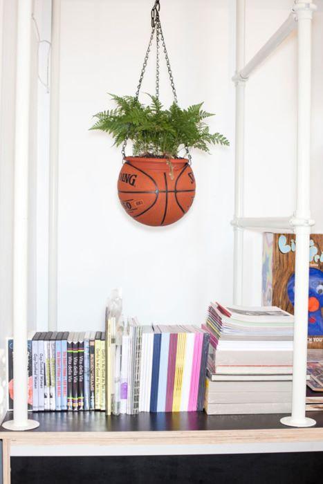 Una palla da basket diventa un vaso sospeso.