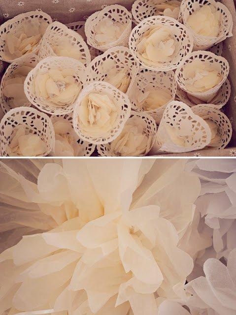 Conetti per il riso di pizzo, fatti con i sottotorta! Adorabili e tutti diy! E pom pom di carta!! Anche questi sono facilmente realizzabili, guardate qui  (http://why-not-wedding.blogspot.it/2013/04/pom-pom-di-carta.html)