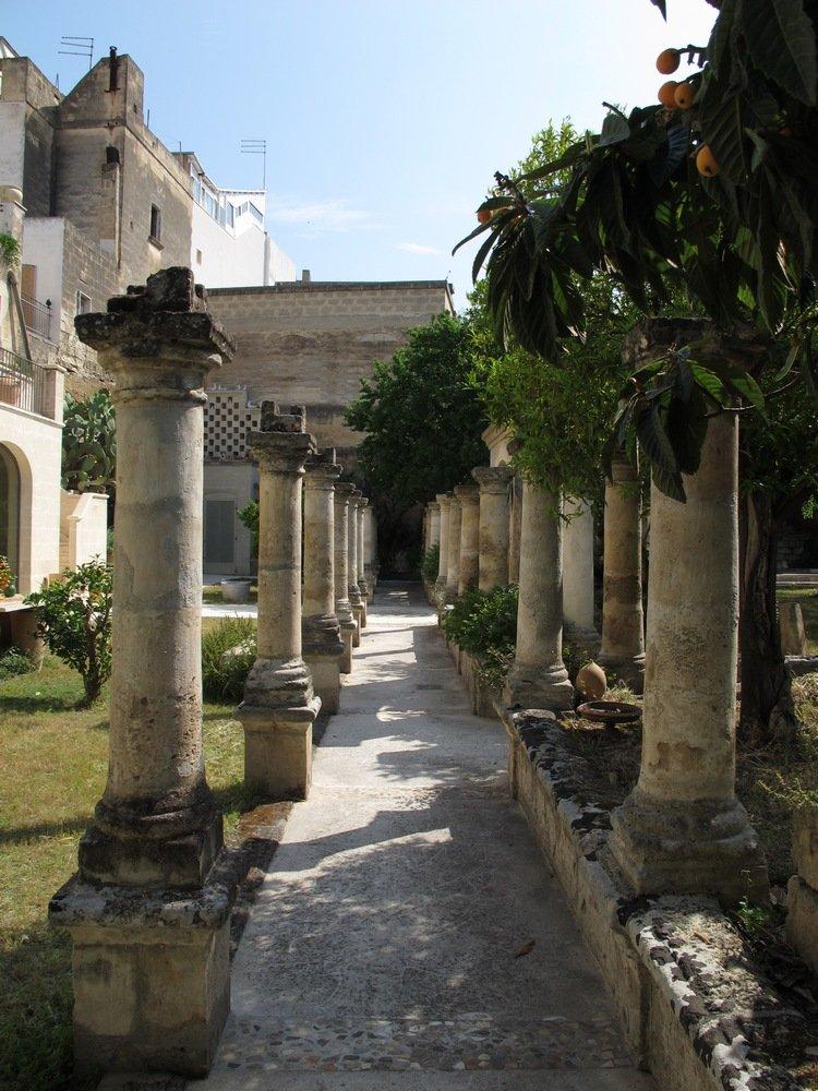 Colonnato giardino ingresso chiesetta a casa di ro for A casa di ro