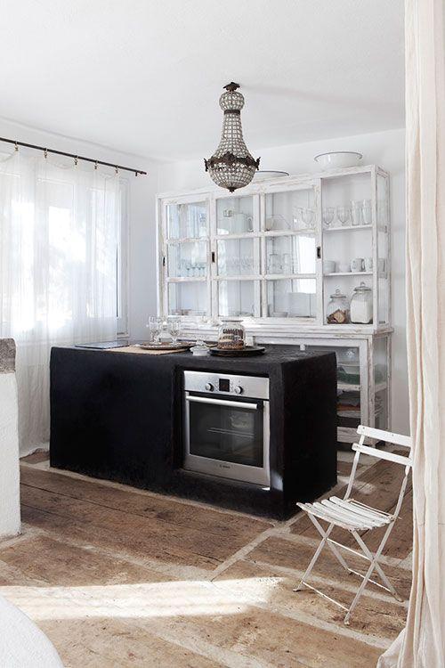 Questa la trovo davvero affascinante, ammesso che una cucina possa esserlo. Il contrasto tra l'isola nera e la credenza vintage..e un lampadario che mai avrei pensato potesse essere così ben inserito in una cucina