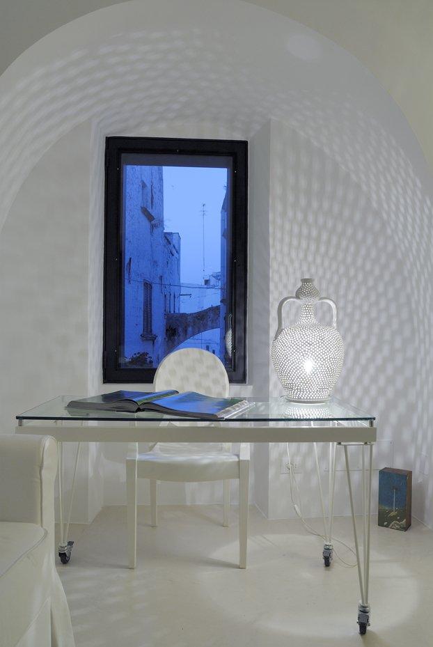 """Il tavolo con le ruote è di Talent ITALIA. Tipica lampada in ceramica a forma di """"mummolo"""", di Enza Fasano"""