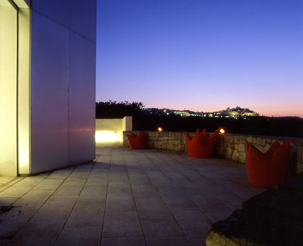 anche il terrazzo riprende nella forma la lamia e la scala..creando un prolungamento della casa nel verde della campagna