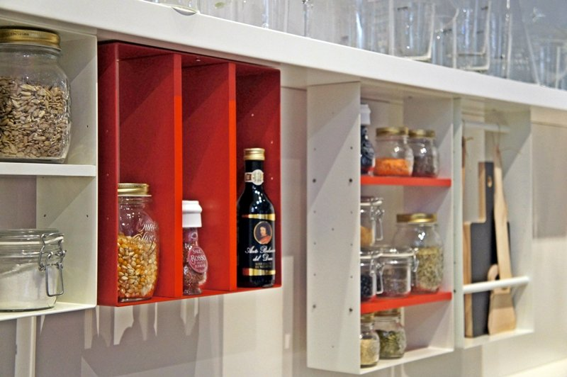 cucina bianca e rossa