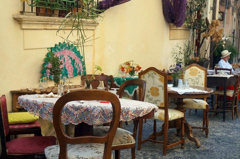tavoli e sedie diversi ristorante