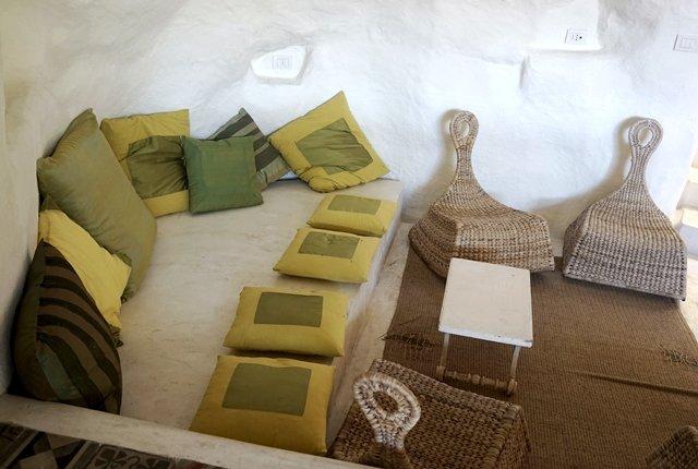 divano verde cuscini